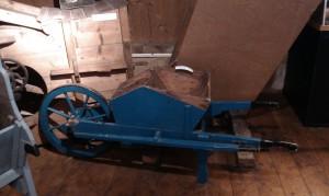 Woldzigt graanmuseum houten kruiwagen / zaaikruiwagen
