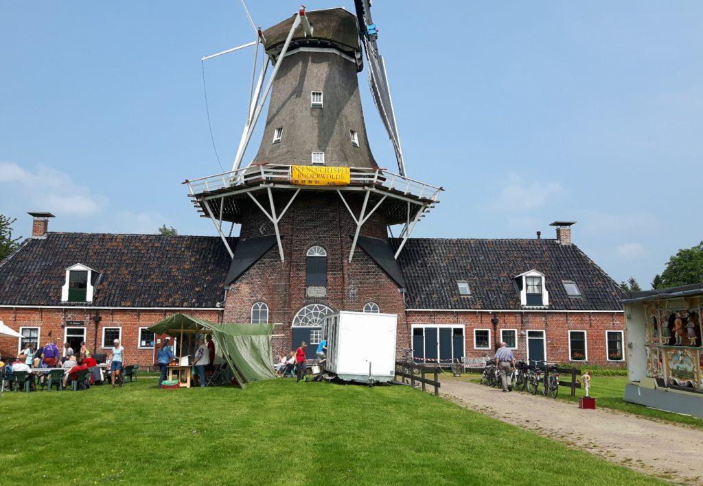 drukte voor molen Woldzigt met Leekstermeer wandeltocht 2016