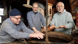 handen warmen boven het vuister in Olie- en Korenmolen Woldzigt Roderwolde