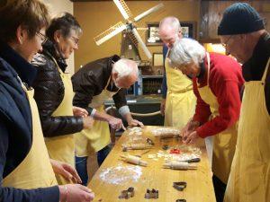 Oefenen koekjes bakken door de vrijwilligers van Olie- en Korenmolen Woldzigt Roderwolde