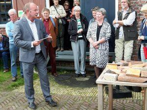 Eerste exemplaar boek Tichelwerk uitgereikt aan burgemeester Roderwolde