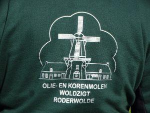nieuwe bedrijfskleding voor de vrijwilligers van Olie- en Korenmolen Woldzigt Roderwolde