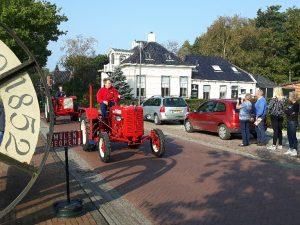 Oldtimer tractoren passeren Olie- en Korenmolen Woldzigt - Roderwolde
