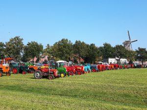 Oldtimer tractoren opgesteld in het weiland tegenover Olie- en Korenmolen Woldzigt - Roderwolde