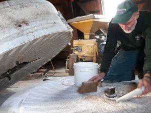 Inspectie en schoonmaken van de maalstenen in Olie- en Korenmolen Woldzigt - Roderwolde