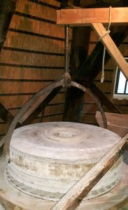 se loper (maalsteen) hangt in de steenkraan in Olie- en Korenmolen Woldzigt - Roderwolde